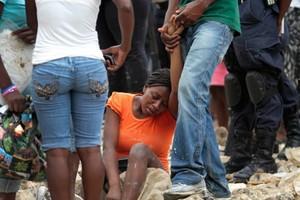 mujer ante un desastre