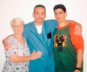 Antonio Guerrero, su madre y su hijo, durante una visita en Florence.