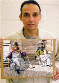 Antonio Guerrero con uno de sus dibujos que representa a dos bolivianas. Foto tomada en la prisión por un guardia de seguridad.