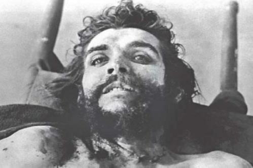 El Che Guevara ya sin vida, captado por el fotógrafo Cadima