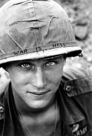 La guerra es el infierno, se lee en el casco de este soldado