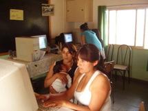 Laura Berón, con su sobrinito en brazos, y Lorena Maurín durante el taller