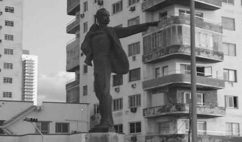 Escultura de José Marti del artista habanero Andrés González. El Apóstol trae un niño en un brazo, mientras el otro, en gesto resuelto, permanece extendido, señalando hacia la Oficina de Intereses de Washington en la Habana, desde la Tribuna Antimperialista.