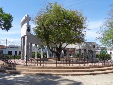 Parque del Carmen, Monumento Nacional. Varias familias remedianas fundaron la Villa de la Gloriosa Santa Clara con la primera misa aquí.
