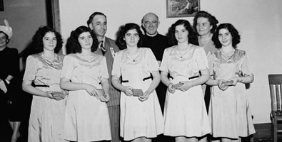 Las hermanas Dionne en su etapa de adolescentes. Tras ellas, sus padres Oliva Eduardo y Elzire Dionne. Al centro, en segunda fila, un sacerdote amigo de la familia. Foto: Internet