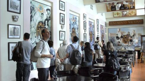 Salón de la fama o Bar Vista al Golfo, donde los visitantes descubren las personalidades del comercio y del mundo de los negocios, la política, las ciencias y la cultura universal, pero también de la mafia italo-norteamericana, que se han hospedado en el hotel.