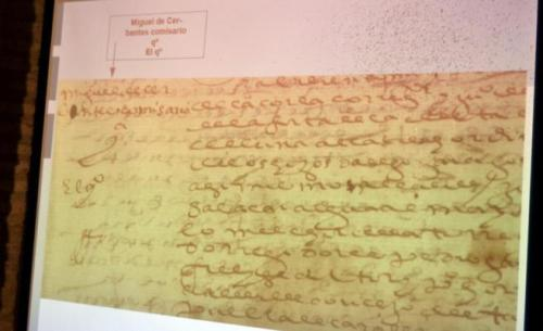 Reproducción fotográfica de una proyección del documento que contiene el autógrafo de Cervantes, en el ángulo superior izquierdo
