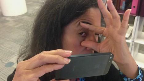El paciente puede tomar una foto de los ojos, a los que previamente se les implanta un sensor, para monitorear la presión ocular.