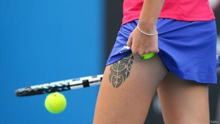 Los atletas, como la tenista checa Karolina Pliskova, han expuesto durante mucho tiempo sus tatuajes. ¿Serían más aceptados en una oficina?