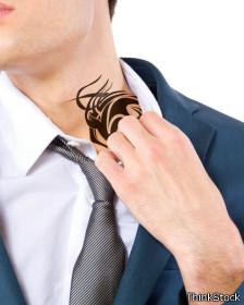 Muchos prefieren ocultar sus tatuajes en la oficina.