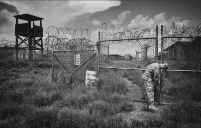 Parte del complejo original Camp X-Ray, hoy abandonado e invadido por la vegetación.