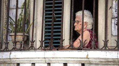 Humillaciones, insultos, desvalorizaciones padecen muchos ancianos en sus hogares. (Ariel Fernández Santos / Cubahora)