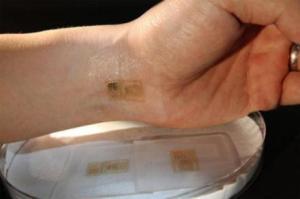 Después de aplicarlo sobre la piel, los especialistas comprobaron con éxito la efectividad del sensor para medir la actividad eléctrica producida por el corazón, el cerebro y los músculos esqueléticos Foto: medgadget.com