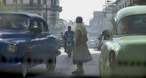 La cortesía vial se impone porque en no pocas ocasiones la luz del semáforo cambia demasiado rápido para quien no puede andar tan a prisa. Foto: Ismael Batista
