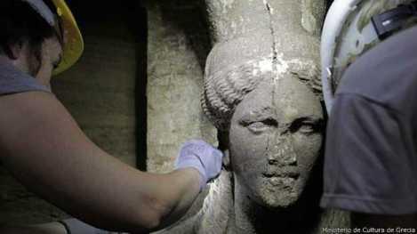 Un rostro pétreo femenino de 60 cm fue esculpido en una pared que conduce a una cámara aún no explorada de la antigua tumba.