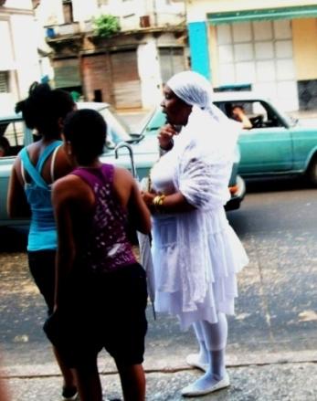 La presencia en las calles cubanas de los iniciados en la religión yoruba es cada vez más evidente.