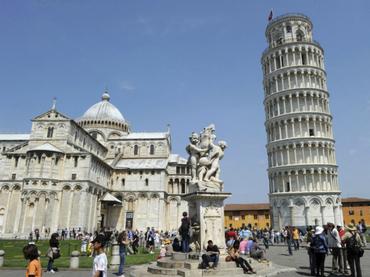La peculiar torre no se construyó inclinada, sino que por culpa de la insuficiente profundidad de sus cimientos, comenzó a ceder. (EFE / ARCHIVO)