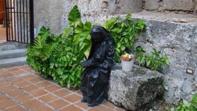 Escultura de Madre Teresa del artista cubano José Villa Soberón. Está colocada en los jardines del convento de San Francisco de Asís en La Habana.