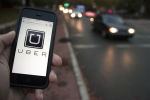Uber, la aplicación digital que conecta a pasajeros con conductores, en solo cinco años de existencia ya vale 68 mil millones de dólares y opera en 132 países. Foto: Vanguardia.