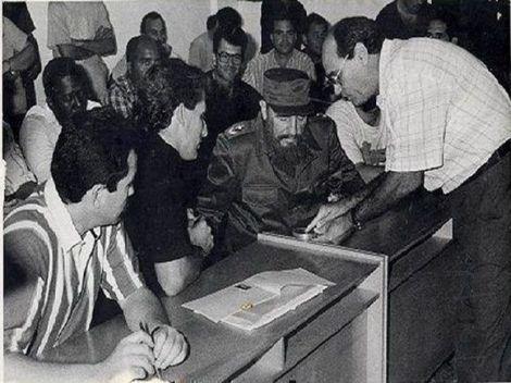 Durante su visita Fidel se interesó por conocer cada uno de los detalles del proceso productivo.